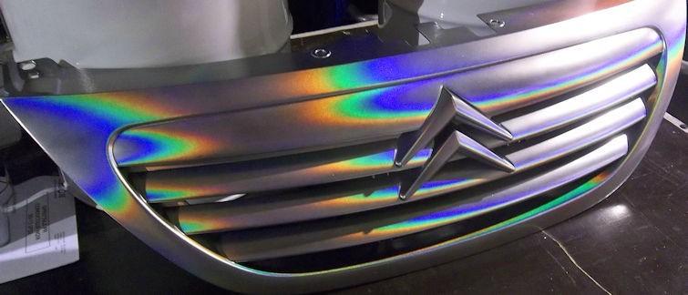El color varía con el ángulo de visión y la luz y produce un efecto de color prismático por la reflexión de la luz.